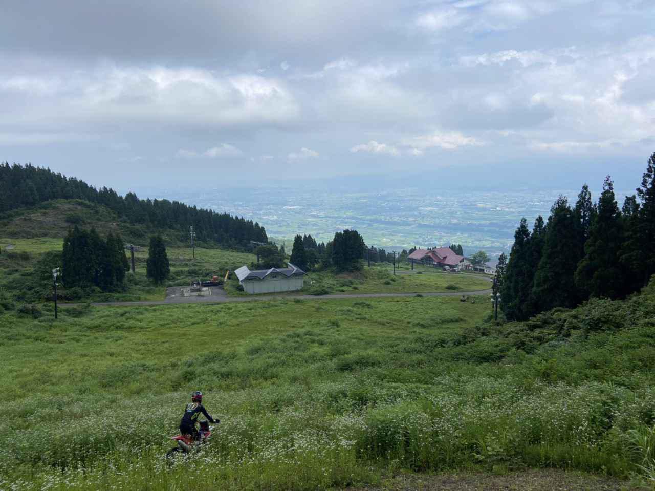 画像: 草刈り前の状態、コースから見える景色も大きな魅力の一つ。今ではあまり走ることのできなくなってしまった糸魚川シーサイドバレースキー場を思い出しますね。