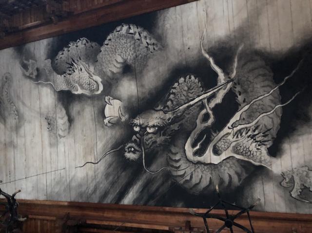 画像: 本堂の天井画龍