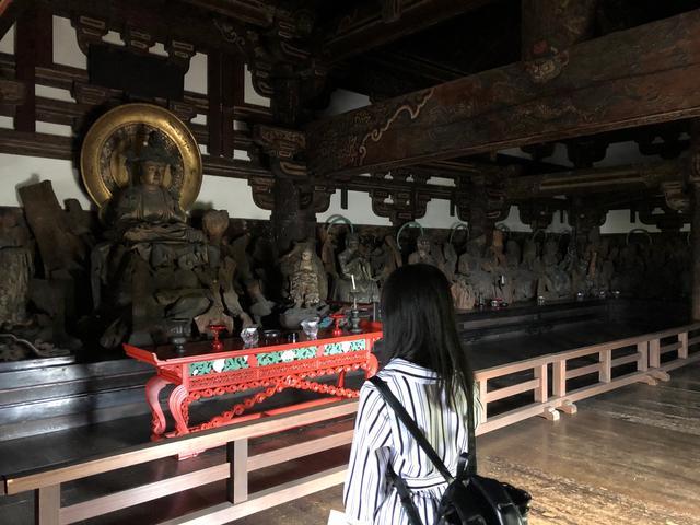 画像: 山門に祭られている釈迦如来と十六羅漢像