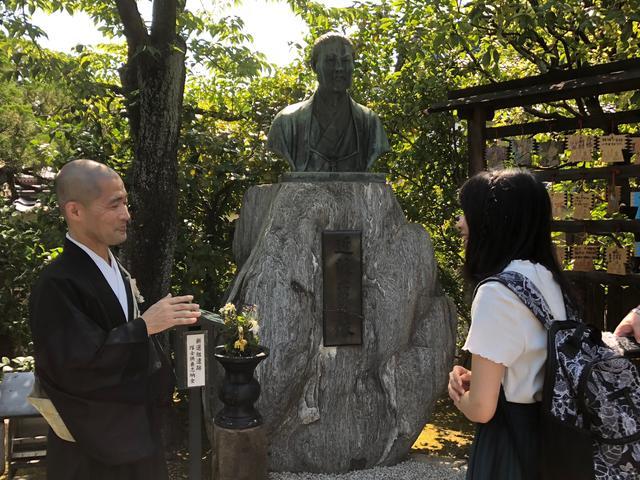 画像: 壬生塚の近藤勇像前で