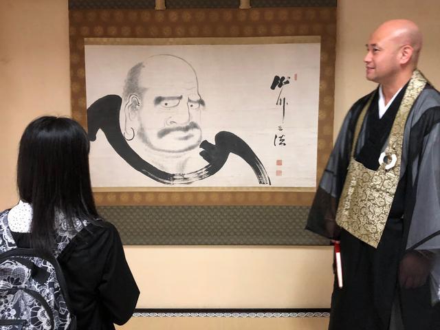 画像: 達磨大師の説明を受けるももるん
