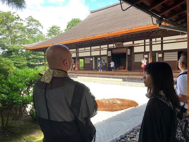 画像: 大雄苑から方丈を眺める2人