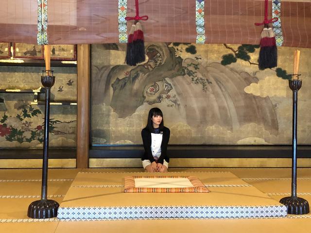画像: ももるんの前の四角いスペースは皇族しか座ってはならない高貴なエリアです。