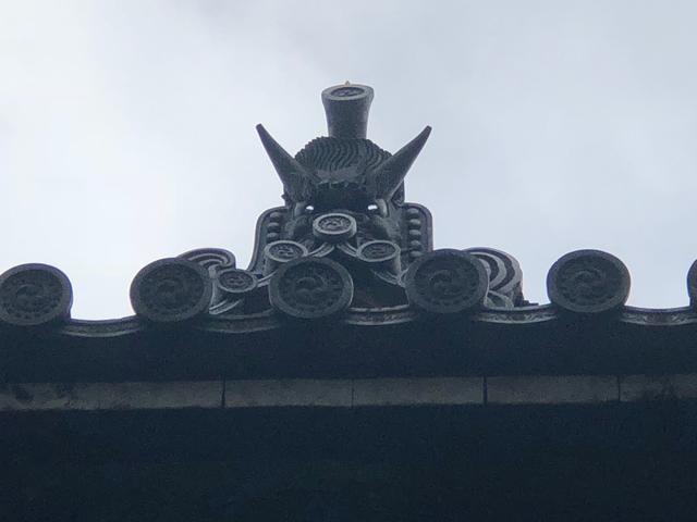画像: 佛殿の屋根にある鬼瓦ですが、あるところから見上げると目が光るんです。