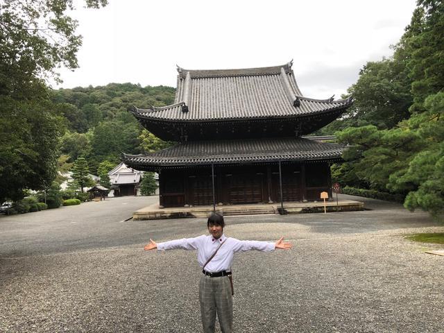 画像: 佛殿をバックに撮影。いつかここでコンサートやりたいな。