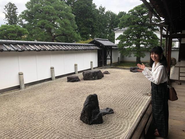 画像: 小方丈前の如心庭です。白砂の中に置かれた石がどの方向から眺めても心の文字を表しているのだそうです。