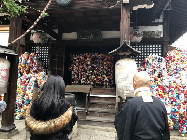 画像: 五重塔の前の八坂庚申堂です。