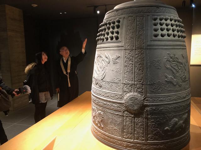 画像: ミュージアム鳳翔館を案内いただきました。こちらは国宝に指定された梵鐘です。
