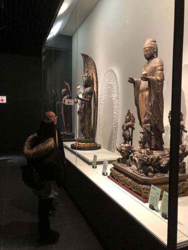画像: 真ん中の像が、重要文化財の十一面観音立像です。