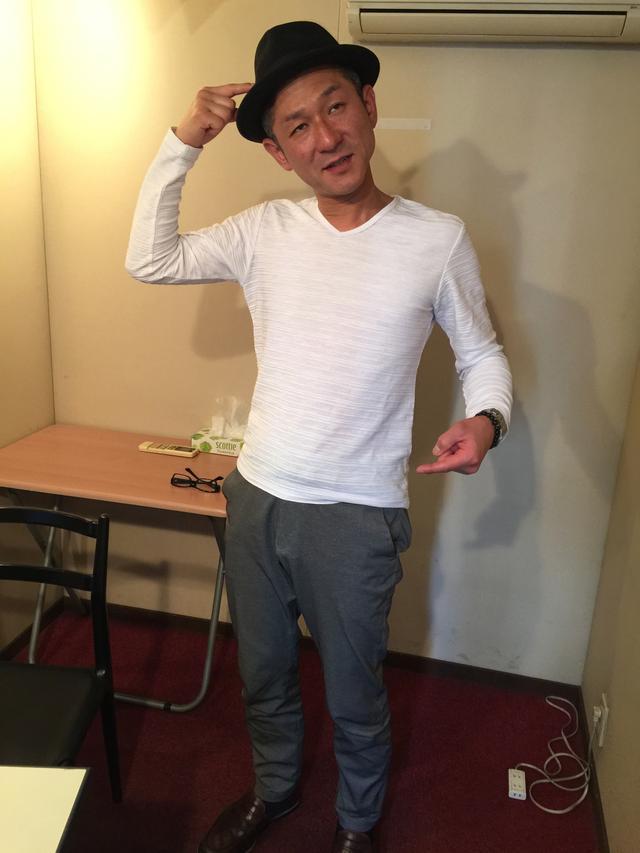 画像: 天上天下唯我独尊のポーズを決める笑い飯哲夫