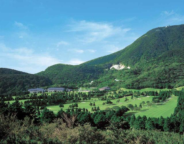 画像: 眼下に相模湾や江ノ島を望む、箱根湯の花ゴルフ場。夏の朝は涼しい