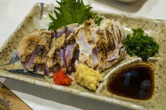 画像: 黒さつま鶏のあぶりたたき1290円