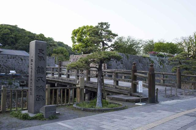 画像: 1601年に築城。廃藩置県まで代々島津家の居城としていた。「人をもって城となす」という方針から天守など高層建築や高石垣などは築かれなかった