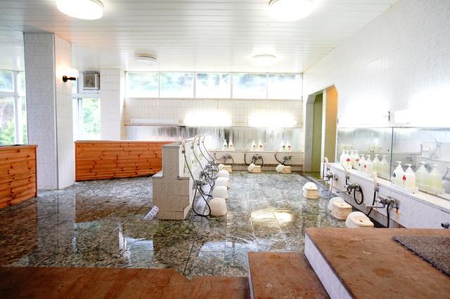 画像: 男性用浴室(シャワーのみ。冬季はクローズ)