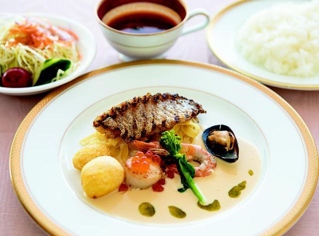 画像: 甘鯛のグリルセット・・・1550円 グリルした甘鯛やホタテ、ムール貝をバジル風味の白ワインソースに絡めて食す。サラダ、ミネストローネスープ、ライス付き