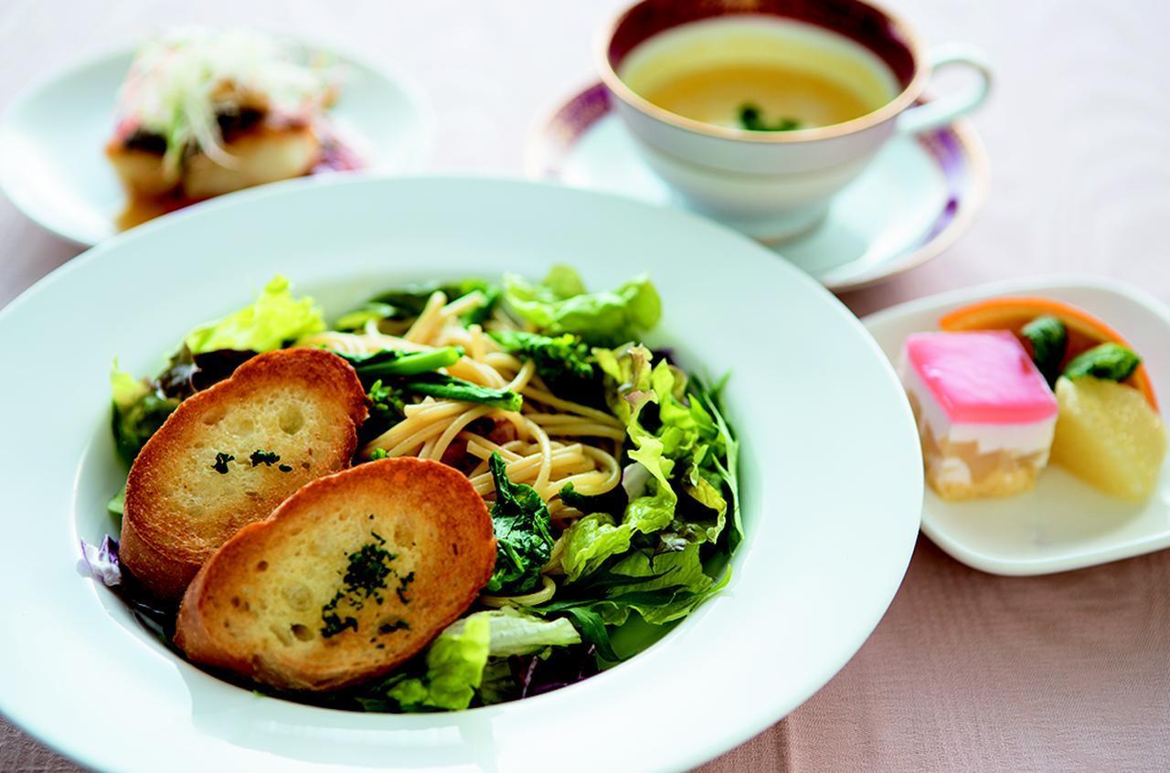 画像: レディースランチ・・・1550円 パスタがメインのセットで、季節によって料理内容を変更する。写真は、菜の花のペペロンチーノ、鱸のポアレ、パンプキンスープ、デザート