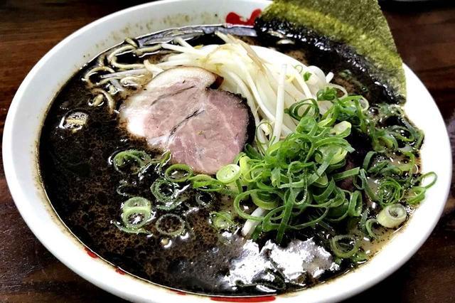 画像: 真っ黒いスープが食欲をそそる