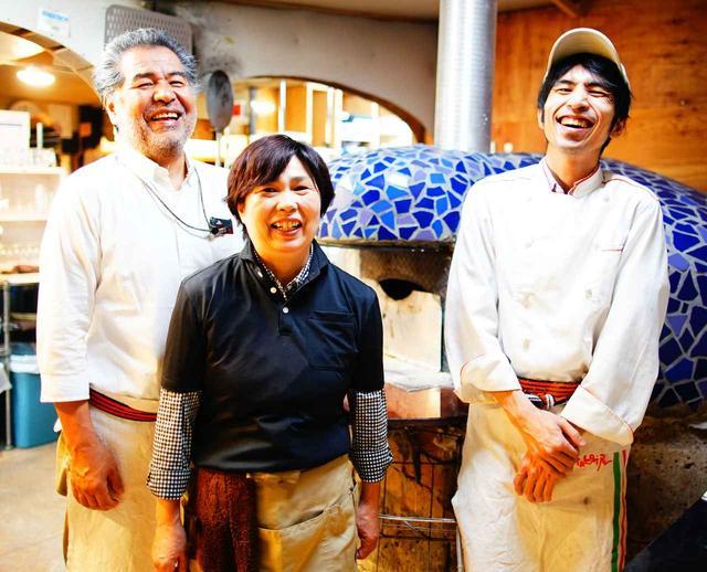 画像: オーナーの加藤満穂さん、女将の敬子さん、本場イタリアのコンクールで優勝した経験のあるピザ職人で息子の健太さん。家族経営でアットホームな雰囲気も◎