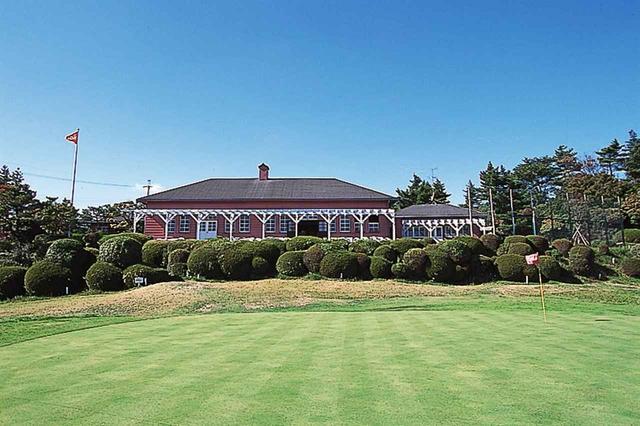 画像: 英国風の趣がある平屋のクラブハウスは歴史を感じさせる