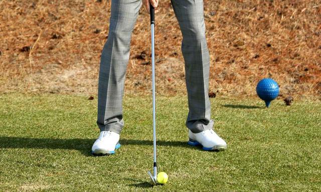 画像: あらかじめ左足を引いて自分の体にリミッターが掛かるように調節しておいてフルスウィング。田村流の距離の調節方法