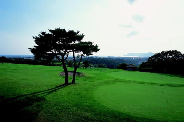 画像: 5番ホール/370㍎/パー4 ホールのどの場所からも函館山を眺望できる。ティショットはフェアウェイ右寄りを狙い、グリーンは手前から攻めるのがベスト