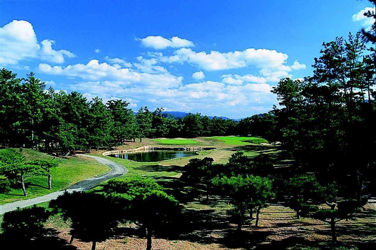 画像: 4番ホール/173㍎/パー3 右の松林はOB、左100㍎には池、グリーン奥の左右にはバンカーがガード。グリーン手前は幅12㍎と狭い