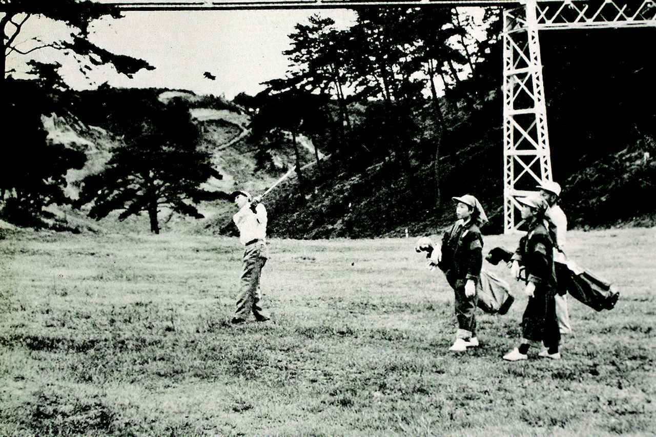 画像: プレーを楽しむレディスゴルファー(昭和31年)