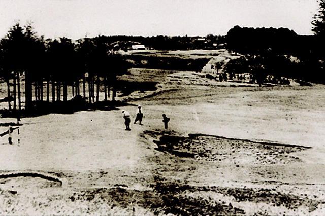 画像: 見晴コース8番ホールをプレーするネクタイ姿のゴルファー(昭和11年)