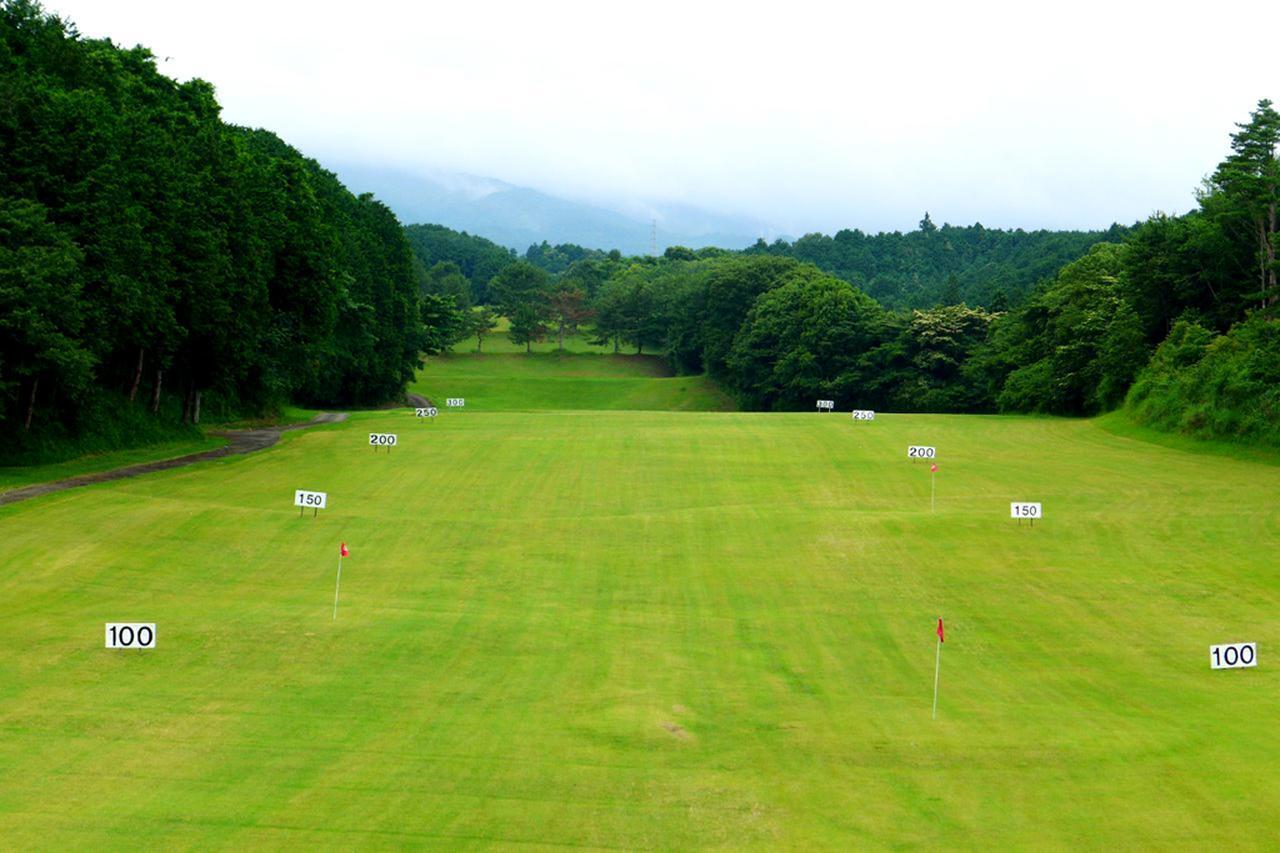 画像: 「全日本ドラコン競技」の舞台にもなる東名カントリークラブ名物300ヤードの打ちっ放し。練習場の使用球はすべてコースボール
