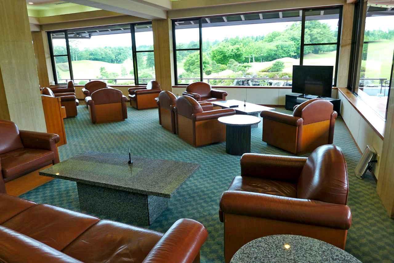 画像: 愛鷹コース9番を眺められる応接コーナー。喫茶スペースとしてもご利用できます