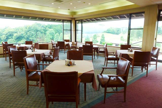 画像: コースを眺めながら食事ができるレストラン