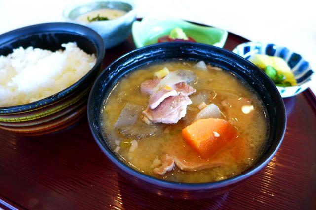 画像: マグロの山かけが付いてくる豚汁定食も人気