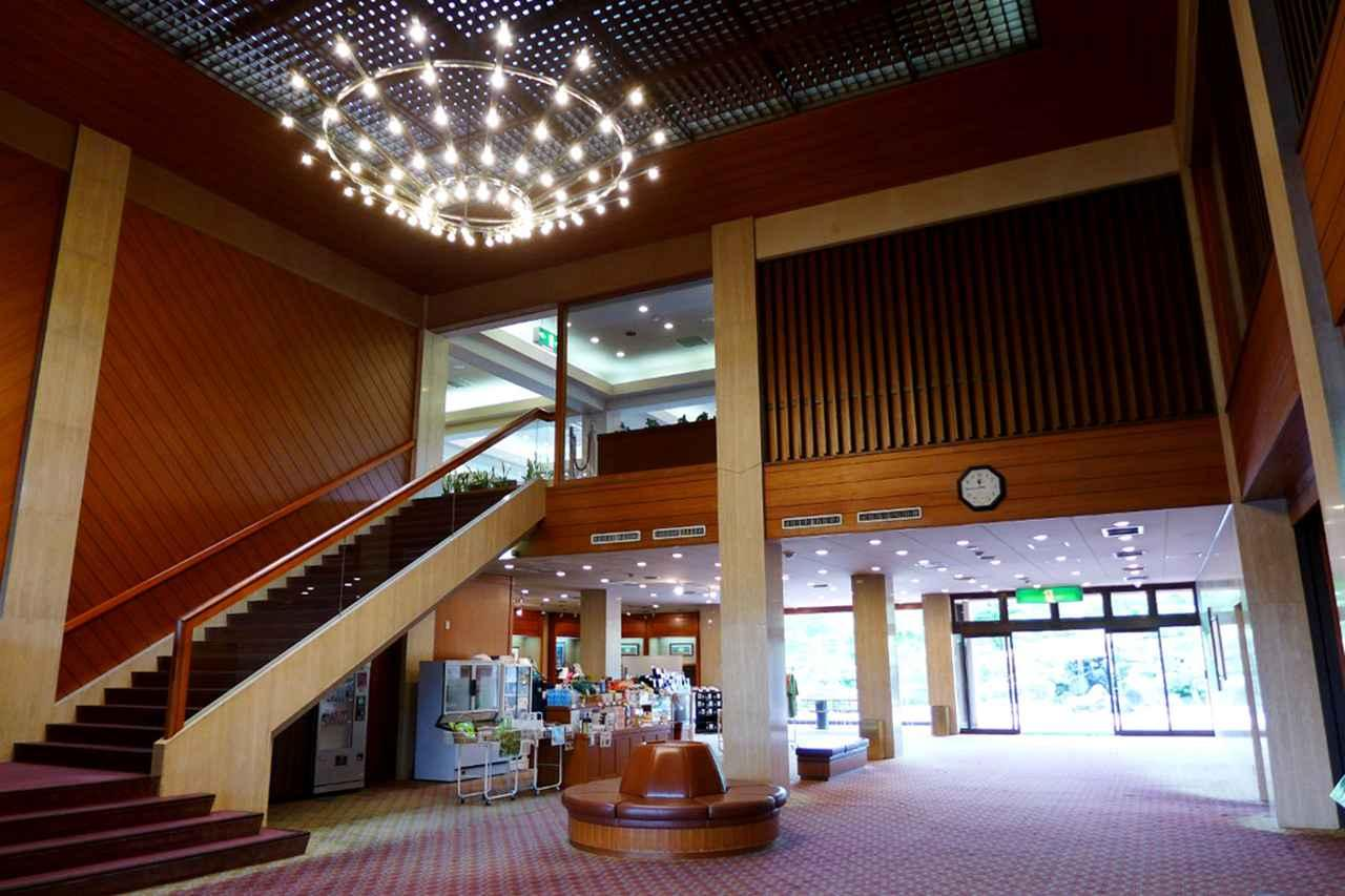 画像: クラブハウス1階のフロント、ロビー。落ち着きある吹き抜けの空間がお出迎え
