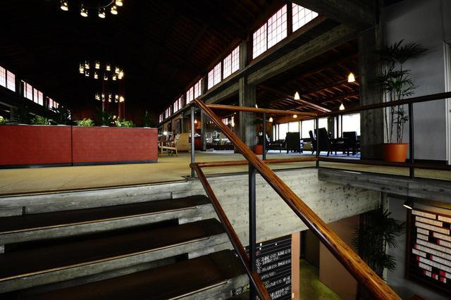 画像: 床はコンクリート:階段の段板は打ち放しのコンクリートだが、手すりは木製。コンクリートと木材を上手く融合させた設計