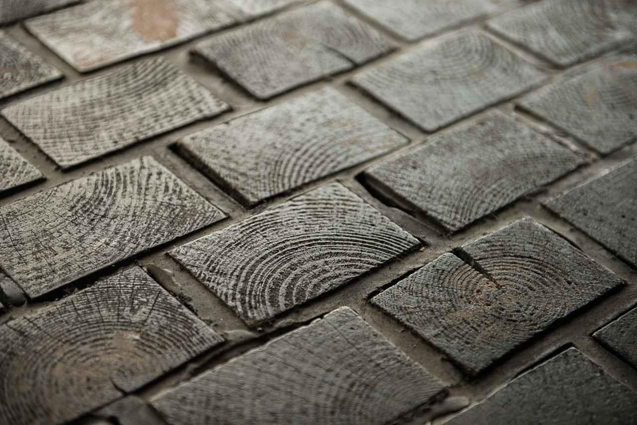 画像2: 木とコンクリートが調和。当初レーモンドに依頼されたが、多忙のため弟子の吉村が担当。床は木煉瓦。景観が広がる北東方面の天井に曲面を持たせた