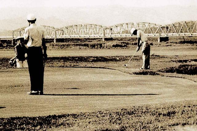 画像: 昭和36年9月に来場し、5番ホールをプレーする故高松宮殿下(右端)