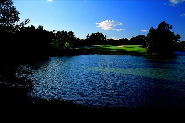 画像: 17番ホール/170㍎/パー3 名物の池越えホール。池と深いバンカーに囲まれた砲台グリーンが難易度を高めている