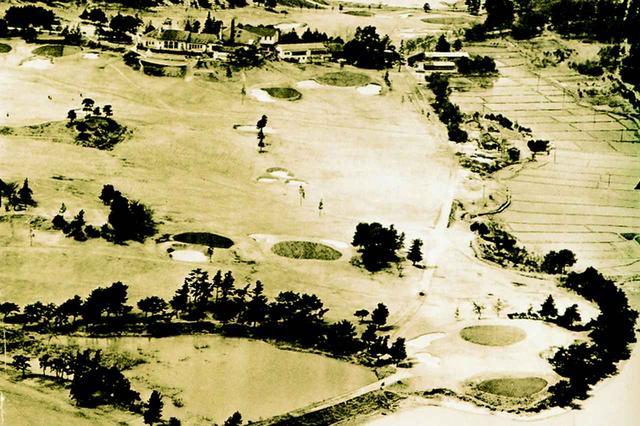 画像: 昭和20年代後半の旧コース俯瞰。まだ樹木がまばらだ