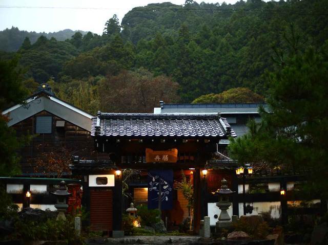 画像: 山中に突如現れる趣溢れる武家屋敷