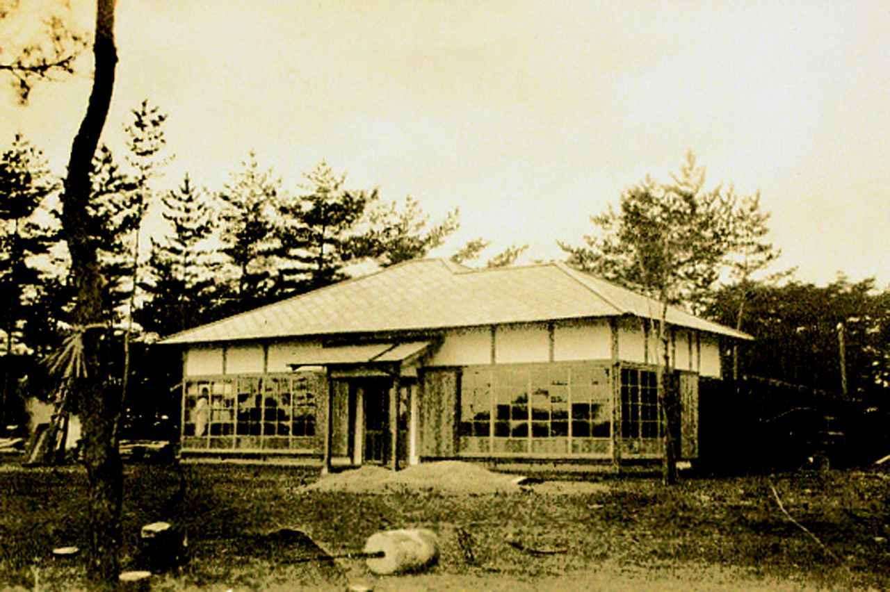 画像: 昭和4年、開場準備中のクラブハウス。当時の名称は有馬GC