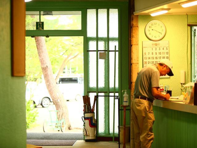 画像: ドアをくぐったら、横のカウンターでチェックイン。アットホームな雰囲気だ