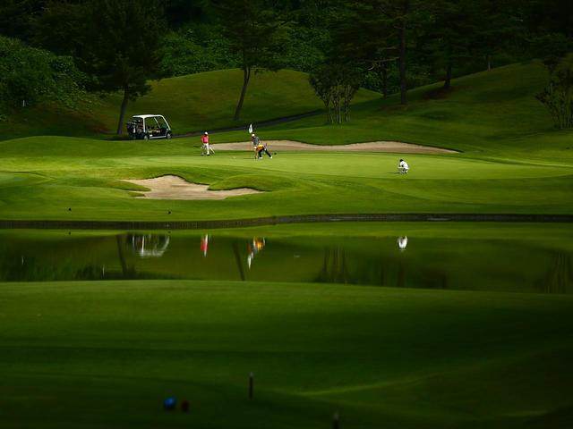 画像: 15H・160Y・Par3 美しい池はプレッシャーを選手たちに与える。手前に落ちると池へ転がる危険あり