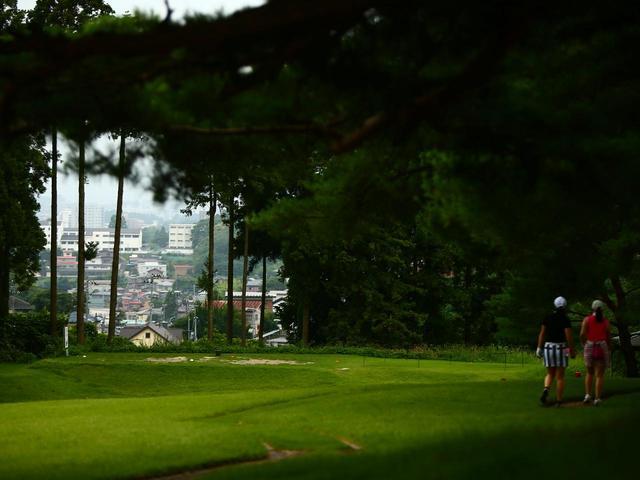 画像: 松林から覗く、塩釜の街並み。その奥には風光明媚な松島湾も見ることができる