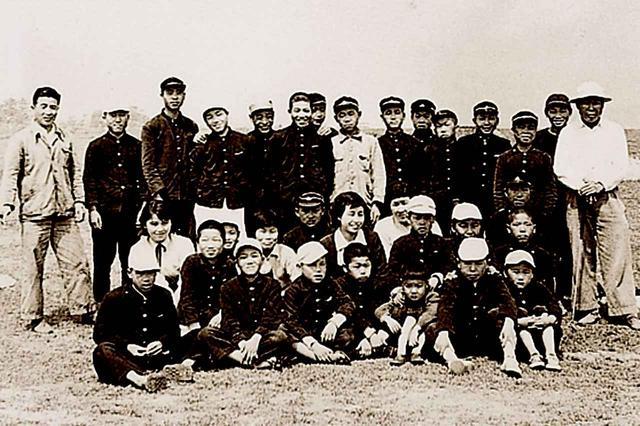 画像: 戦後間もない昭和21年に早くも再開場したが、当時のキャディは大半が学童だった