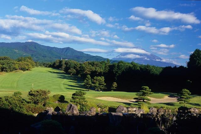 画像: クラブハウスのレストランから見える愛鷹コース9番。まさに富士山ビュー