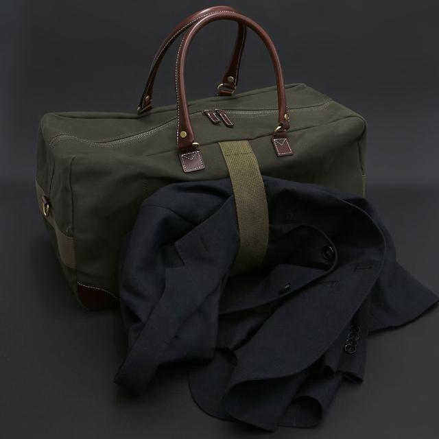 画像: 側面にはジャケットホルダーのバンド付き。カラーは、カーキとブラックの2色展開。