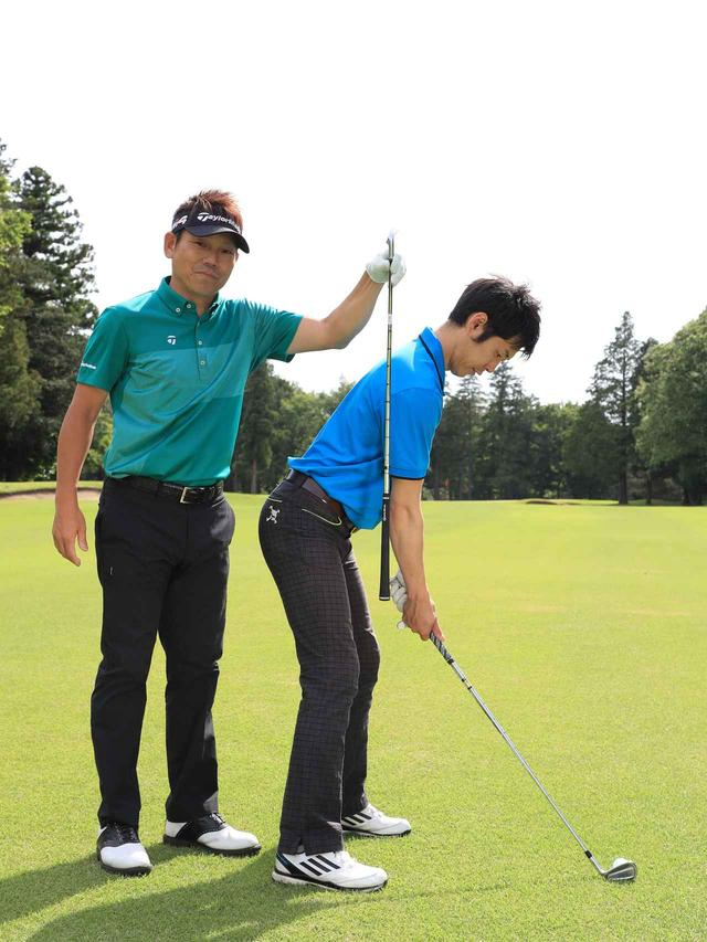 画像: 普段の自分のボール位置より2個分遠くに置いて、状態を深く傾け、つま先体重で構えよう