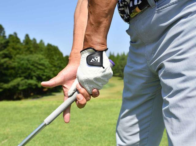 画像: 1.右手は3本でしっかり握る。飛ばそうとする意識が強いと、腕や肩に力みが生まれて、それが曲がる原因に。右手の親指と人差し指は力を抜いて、やさしく握るんです