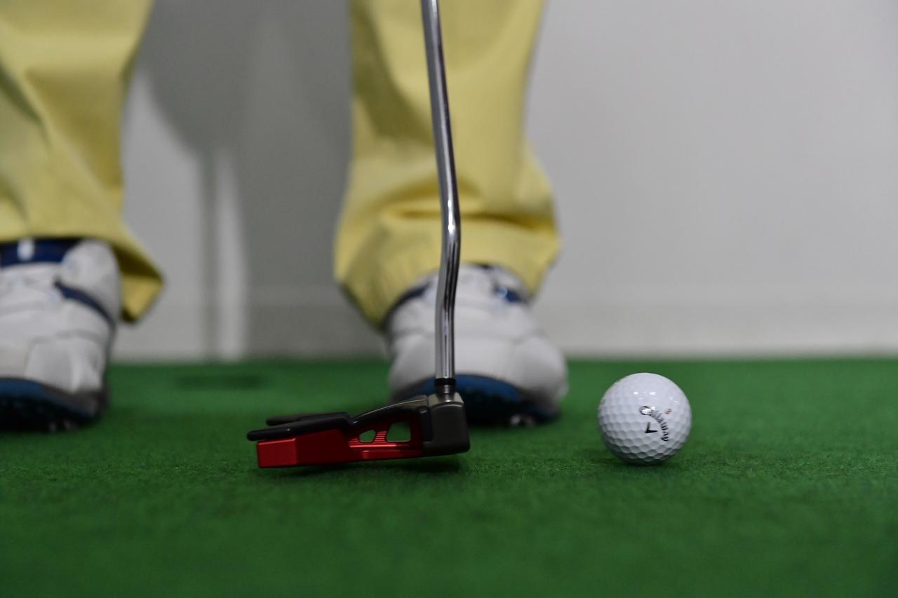 画像: フェースの爪状のヒンジ部分がボールを噛むことで、インパクト後、すぐに順回転をはじめる。距離が合いやすくラインからも外れにくい