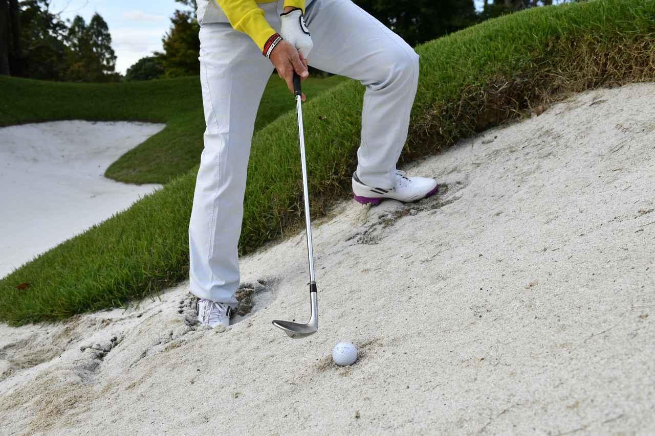 画像: 左足上がりだとヘッドが鋭角に入りがち。斜面に対して体の向きを直角に近づける